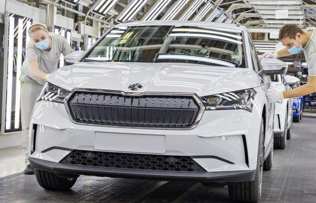 Škoda Auto znova odstavuje výrobu. Nedokončené autá už nie je kde skladovať